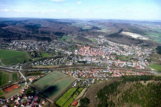 , li_0576, Luftbild mit der Ansicht von Hardegsen., um 2010