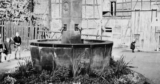 , li_1055, Brunnen am heutigen Lindenplatz , 1954
